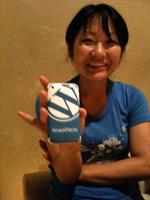 @naokomcのiPhoneはWordpress仕様。WordPress Tを着てにっこりの絵